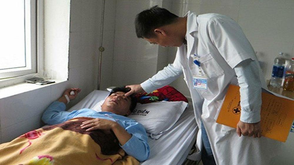 Đề nghị công an điều tra vụ thầy giáo bị đánh dập sống mũi vì tát học sinh